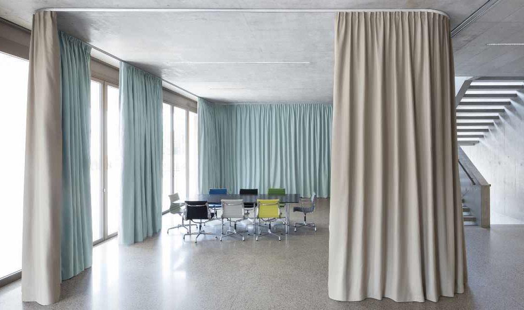 Räume mit Vorhängen akustisch unterteilen